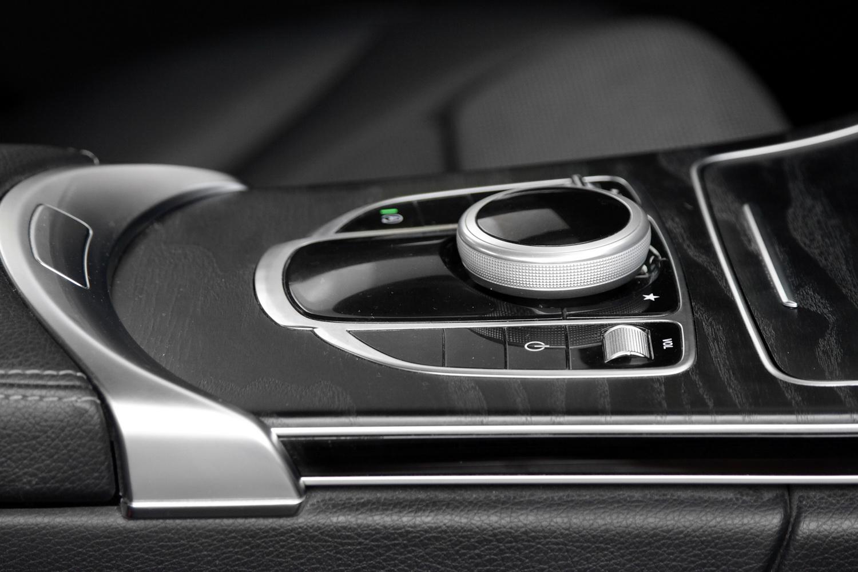 Mercedes-Benz C-razred 220d limuzina - stikala za upravljanje nastavitev na osrednjem zaslonu