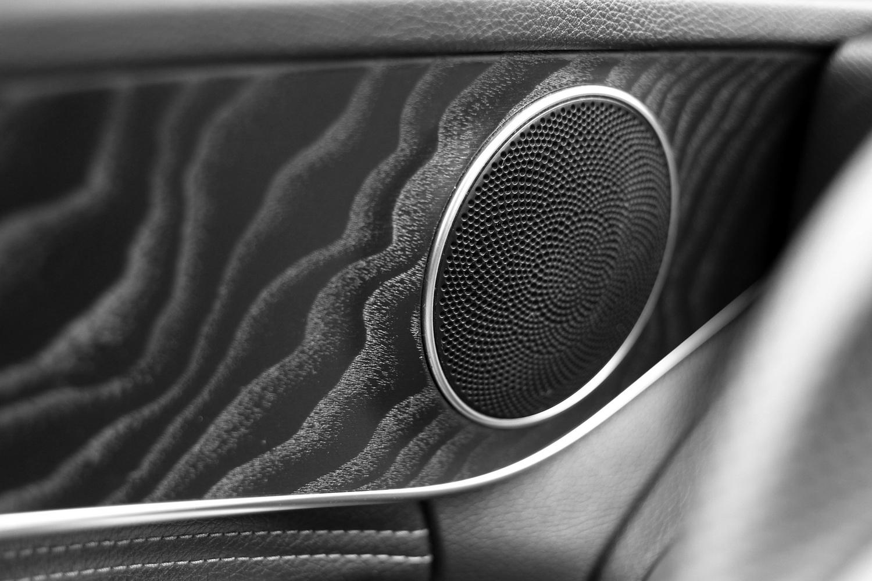 Mercedes-Benz C-razred 220d limuzina - lesene dekoracije in zvočnik