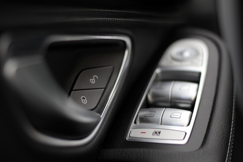 Mercedes-Benz C-razred 220d limuzina - stikala na vratih