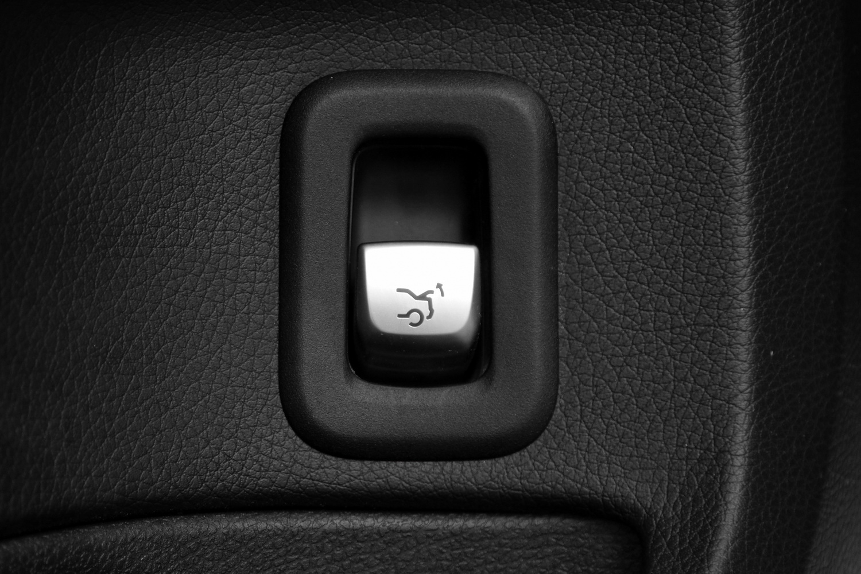 Mercedes-Benz C-razred 220d limuzina - električno odpiranje prtljažnika - gumb na obeh prednjih vratih
