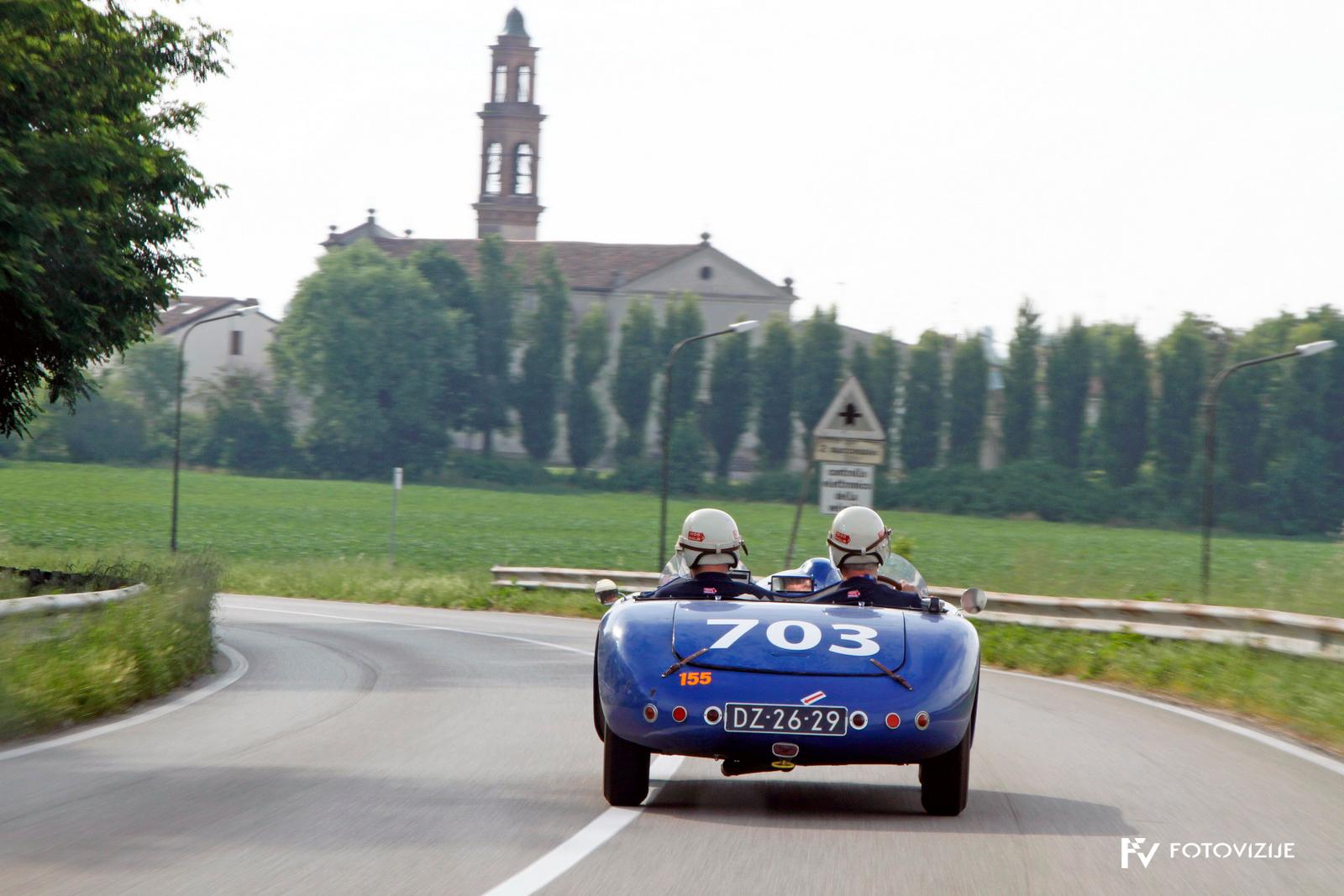 Tipičen pogled z dirke - prepoznavno italijanska krajina starodobnik in nič kaj počasna vožnja.