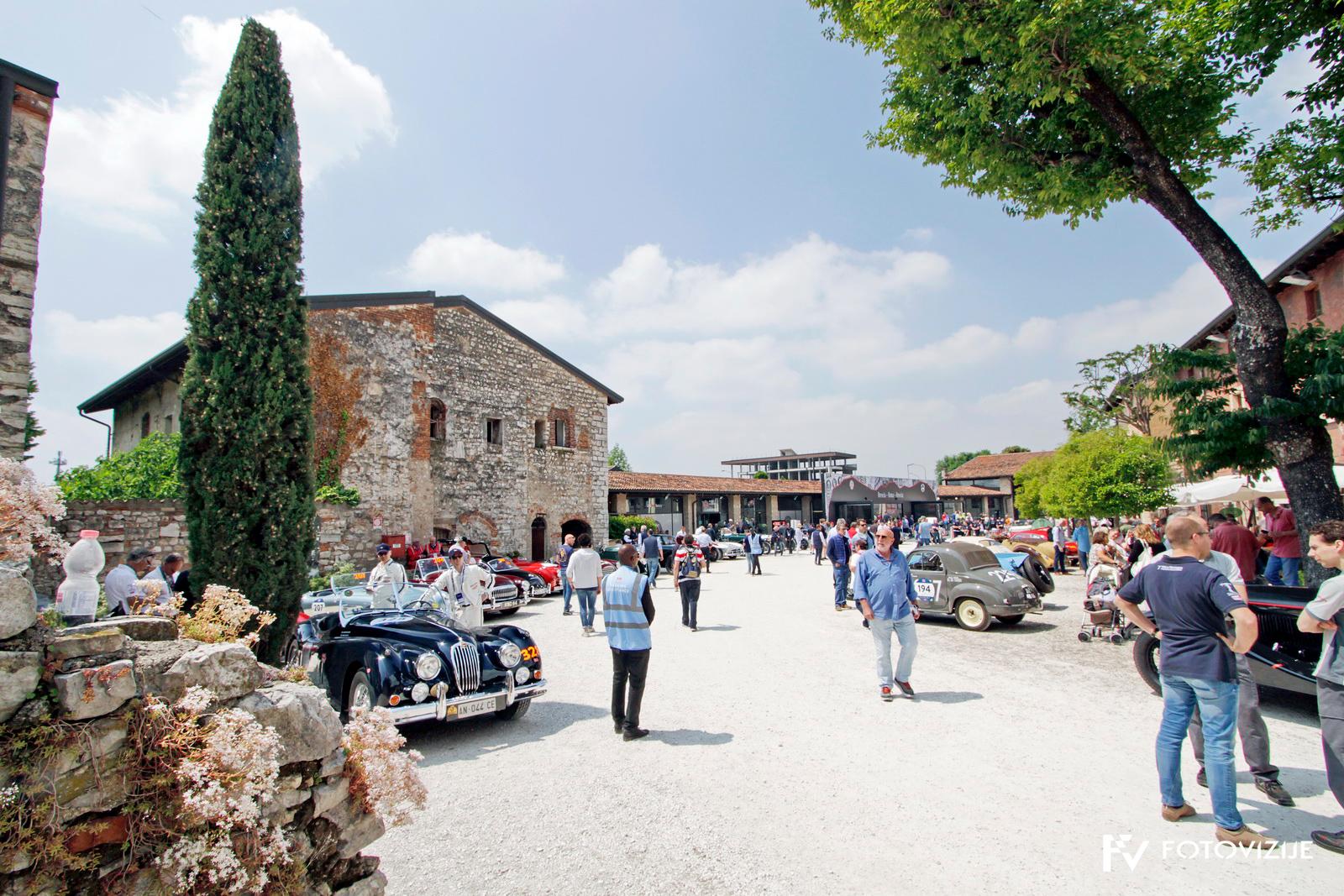 Mille Miglia 2018: Dvorišče muzeja Mille Miglia v Brescii se je pred štartom napolnilo z dragocenimi avtomobili
