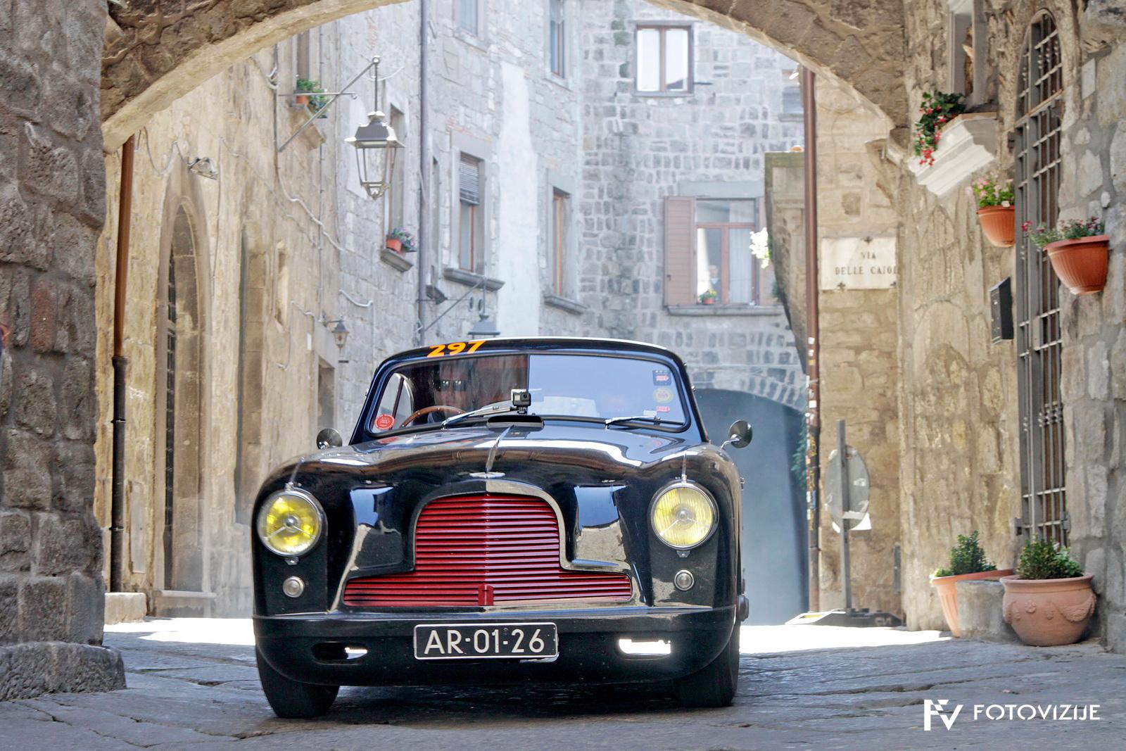 Mille Miglia 2018: nenavadno obarvani aston martin DB2 v Viterbu