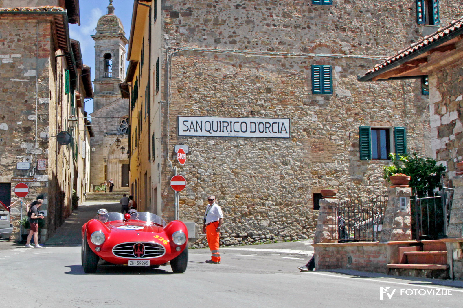 Mille Miglia 2018: Čudoviti maserati A6 GCS 53 Fantuzzi zapušča kraj, kjer stoji spomenik Taziu Nuvolariju, v spomin na njegovo zmago leta 1930