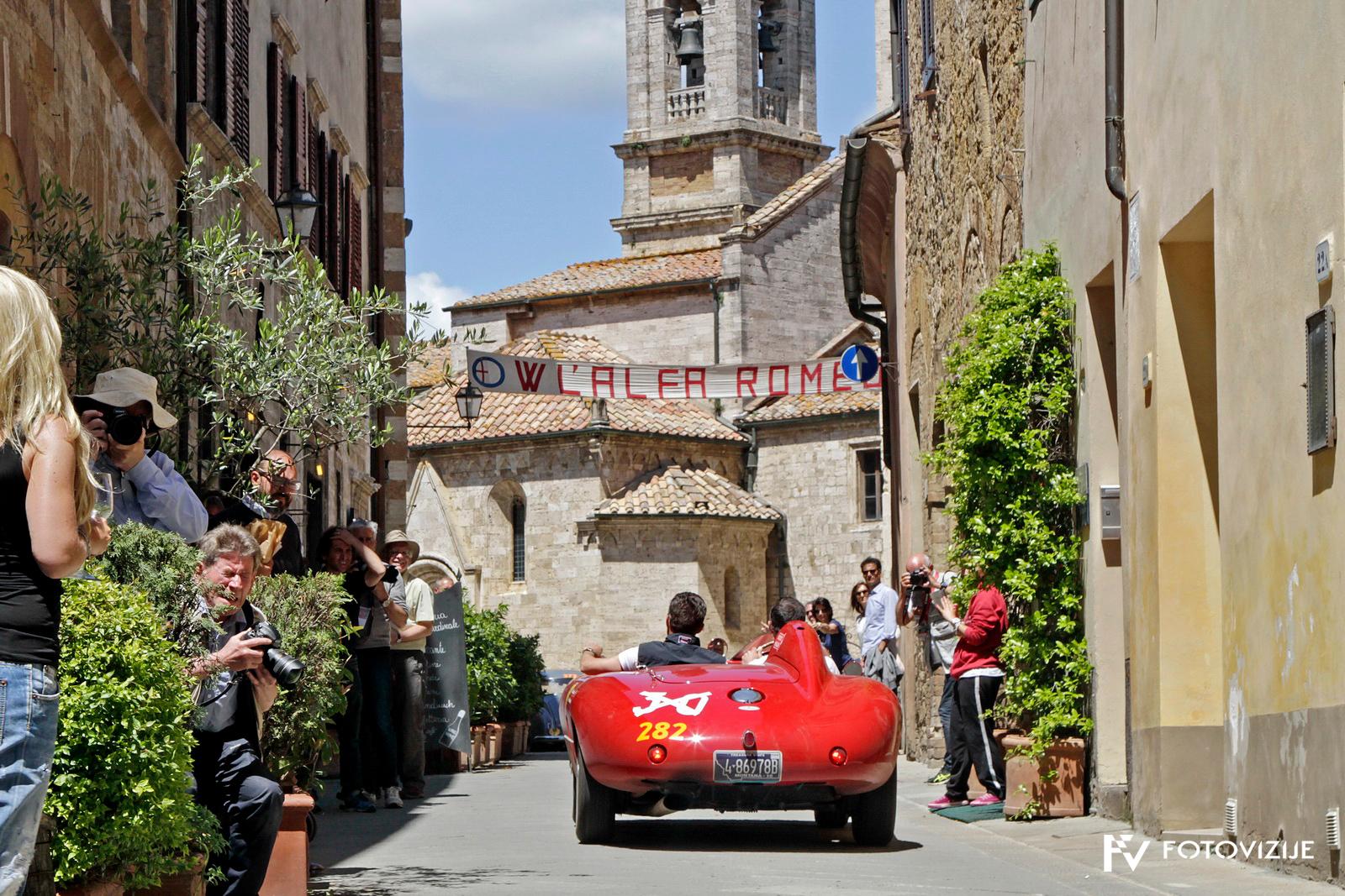 Mille Miglia 2018: Max Girrardo v ferrariju 550 mondial spider Scaglietti pod napisom, ki že tradicionalno pozdravlja alfe