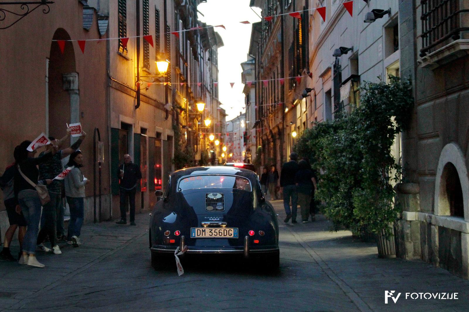 Mille Miglia 2018: Tudi ob večernih prihodih v mesta so nas pozdravljale rdeče zastavice