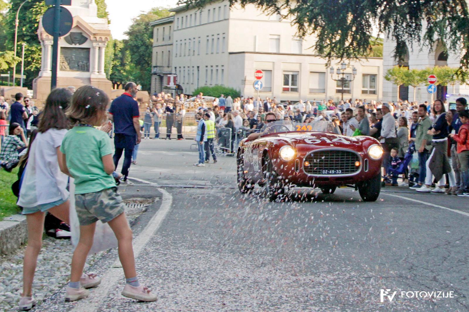 Ferrarija 340 America spider Vignale je na cilju v Brescii doletel otroški tuš