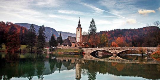 Bohinjsko jezero in cerkvica v jeseni