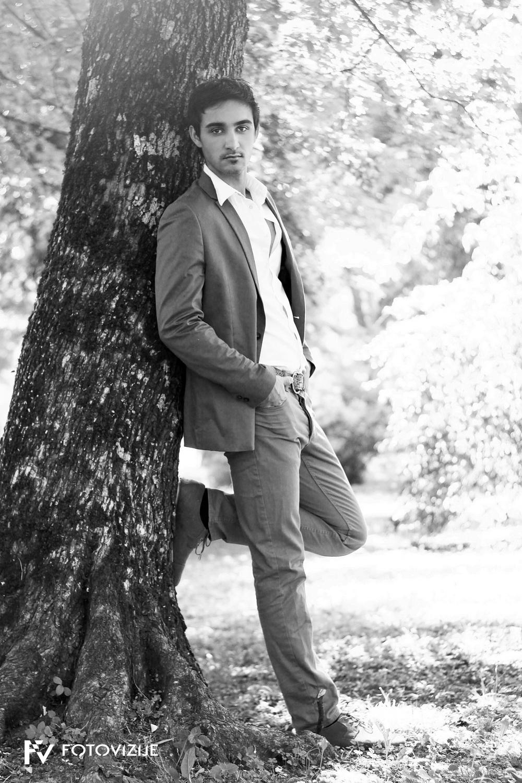 Tomi čaka v parku