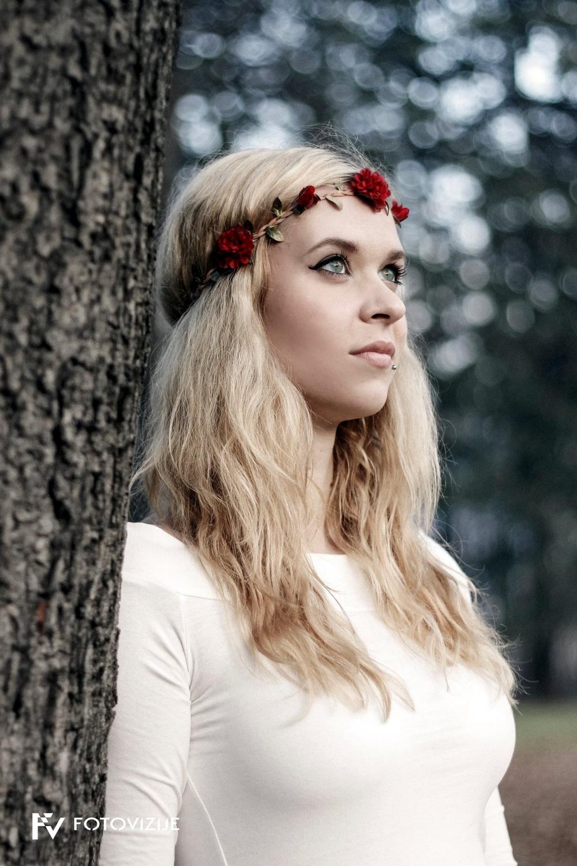 Maša - mladenka z rožami v laseh