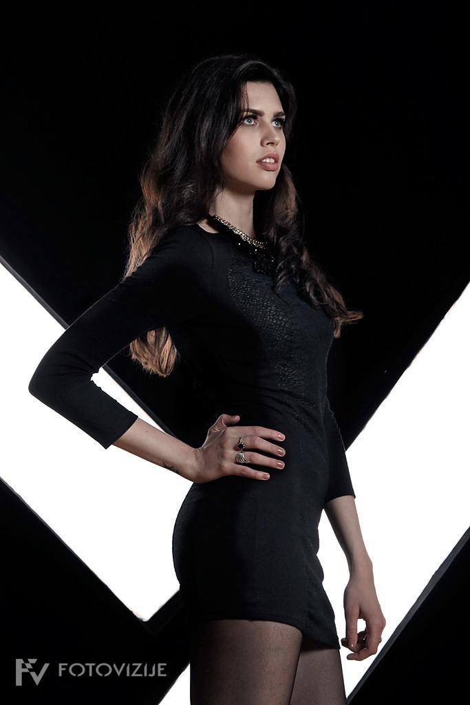 Denise kot Bondovo dekle
