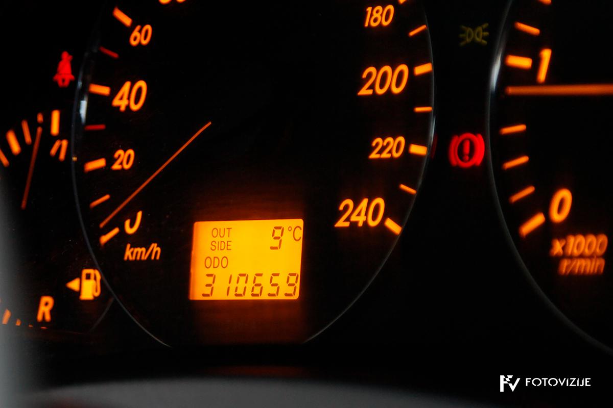 Toyota avensis 2,0 D-4D Sol, 2003 - notranji detajli - merilniki in stanje prevoženih kilometrov