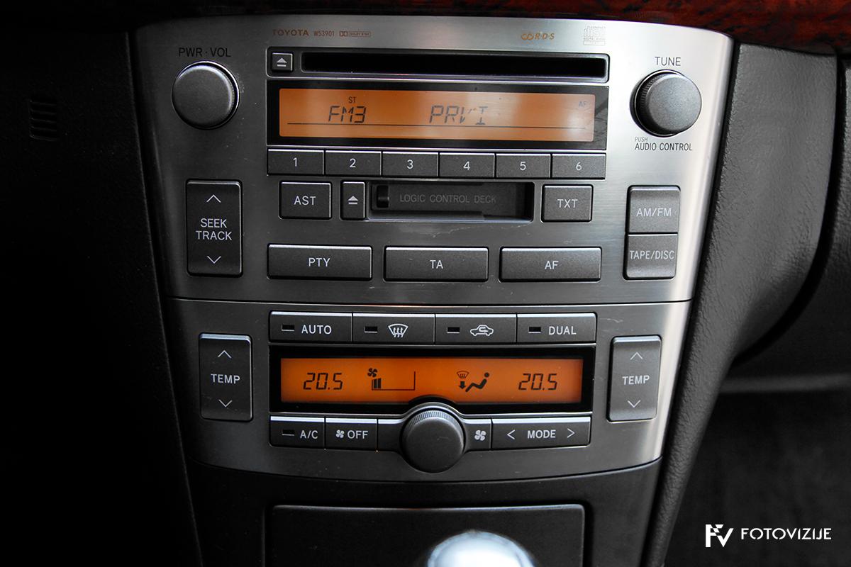Toyota avensis 2,0 D-4D Sol, 2003 - notranji detajli - audio sistem CD/kasetnik in dvokanalna samodejna klima
