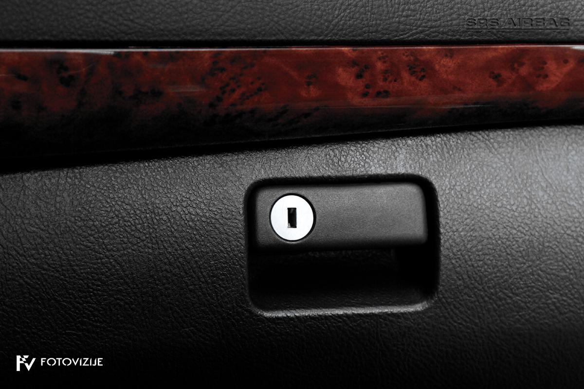 Toyota avensis 2,0 D-4D Sol, 2003 - notranji detajli - predal pred sovoznikom s ključavnico in lesene dekoracije