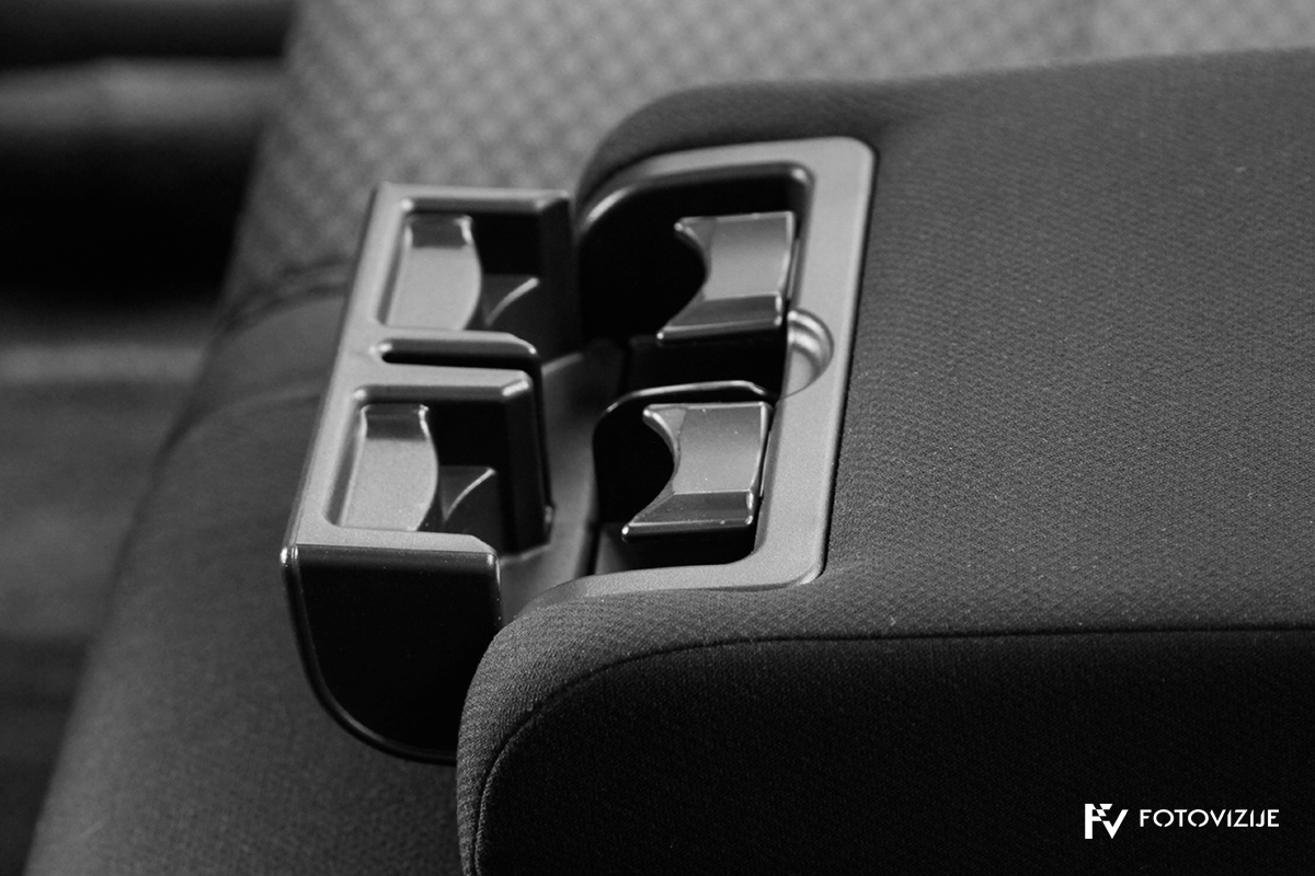 Toyota avensis 2,0 D-4D Sol, 2003 - notranji detajli - držala za pijačo zadaj