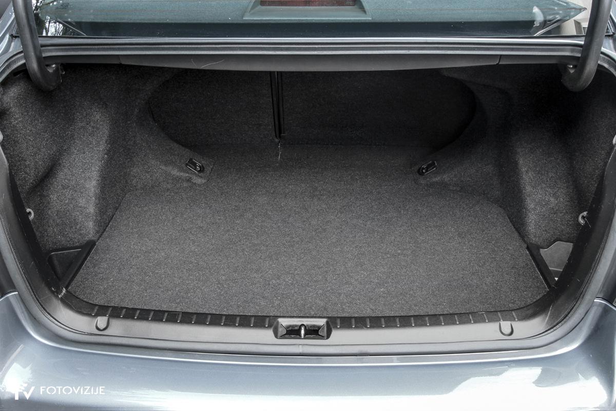 Toyota avensis 2,0 D-4D Sol, 2003 - notranji detajli - prtljažni prostor