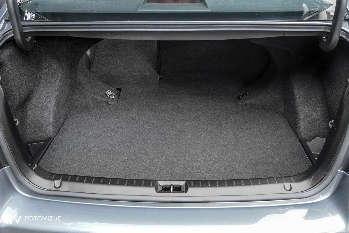 Toyota avensis 2,0 D-4D Sol, 2003 - notranji detajli - prtljažni prostor - zlaganje naslonov zadnje klopi