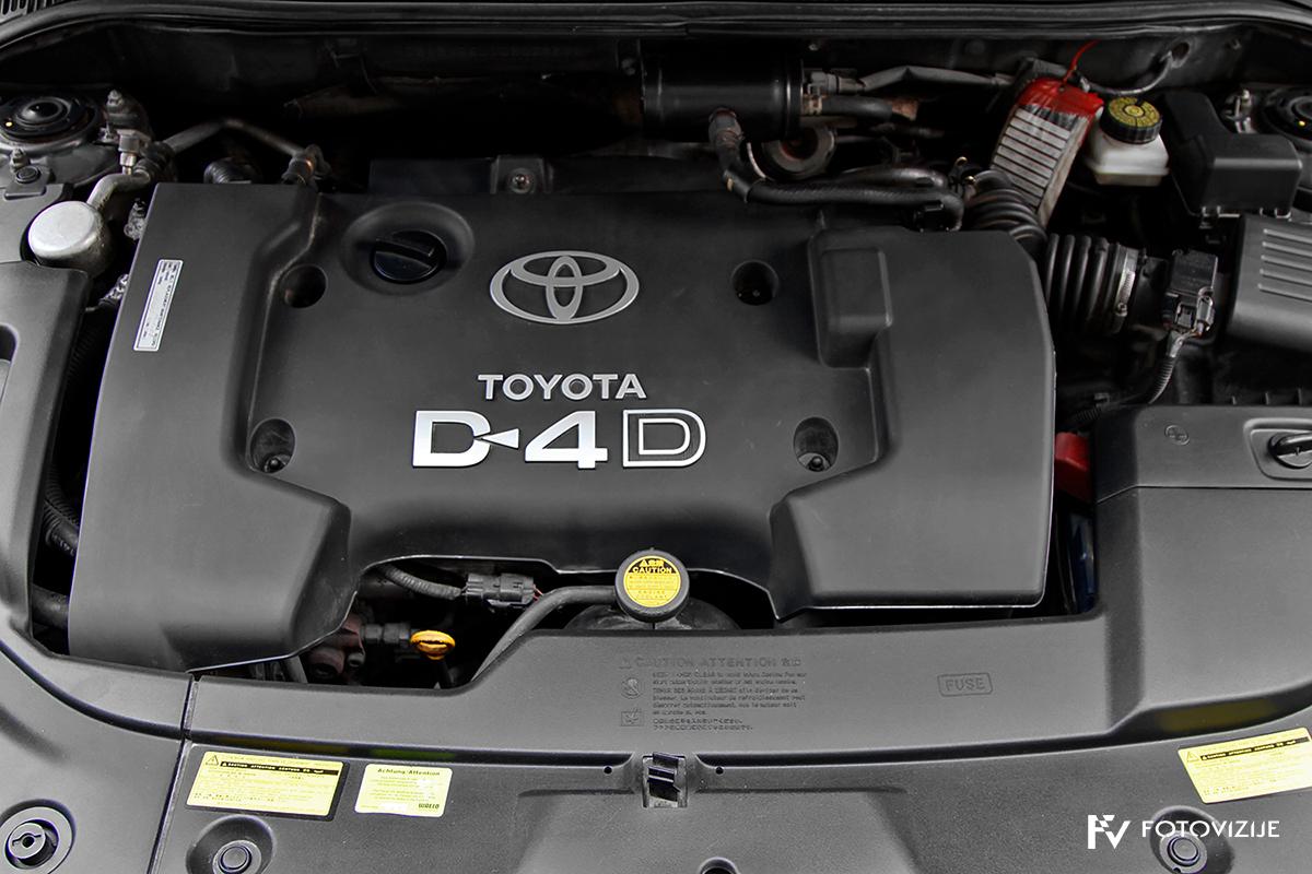 Toyota avensis 2,0 D-4D Sol, 2003 - notranji detajli - motor
