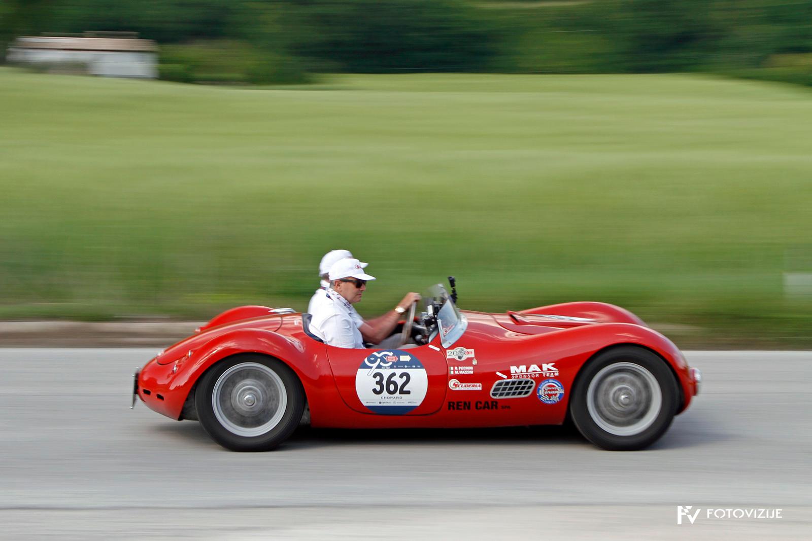 Nizka dirkalna Lancia je primer nekdanjega dirkalnika, ki je zelo majhen, brez opreme in zelo neudoben.