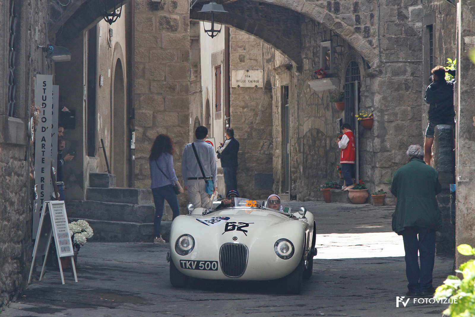 Med ozkimi ulicami Viterba so bili zvoki dirkalnikov na Mille Miglia še bolj poudarjeni