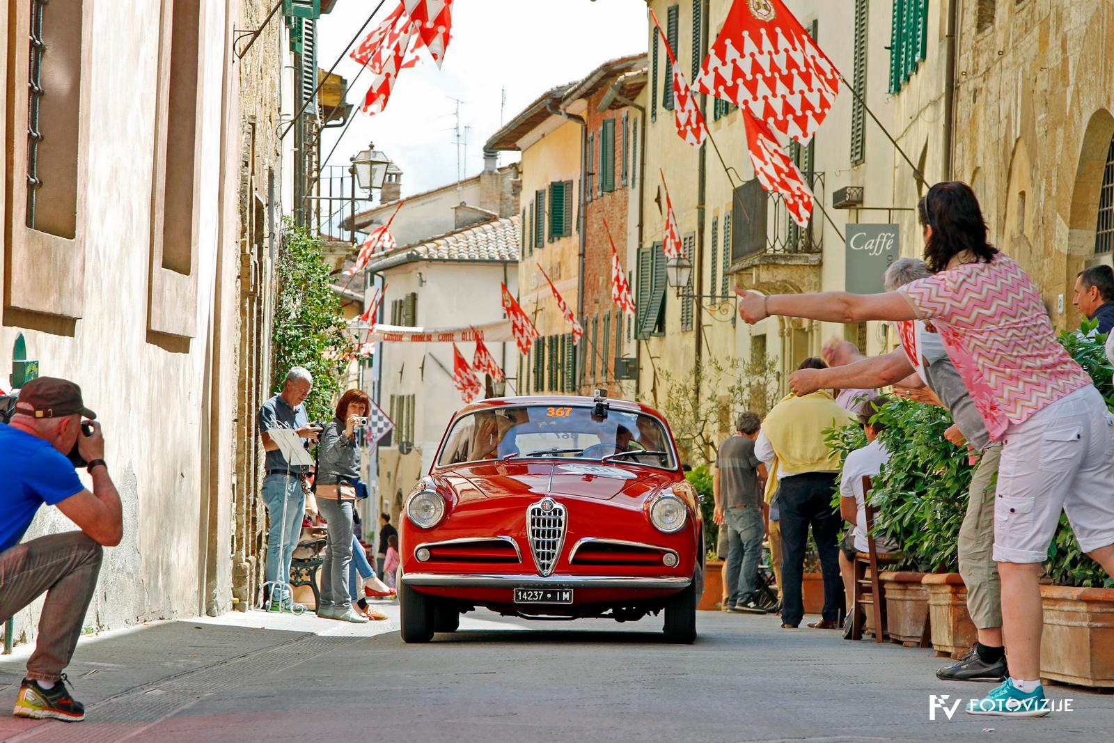 Ljudje v lepem kraju San Quirico d'Orcia so z navdušenjem pozdravljali prav vsak avtomobil.
