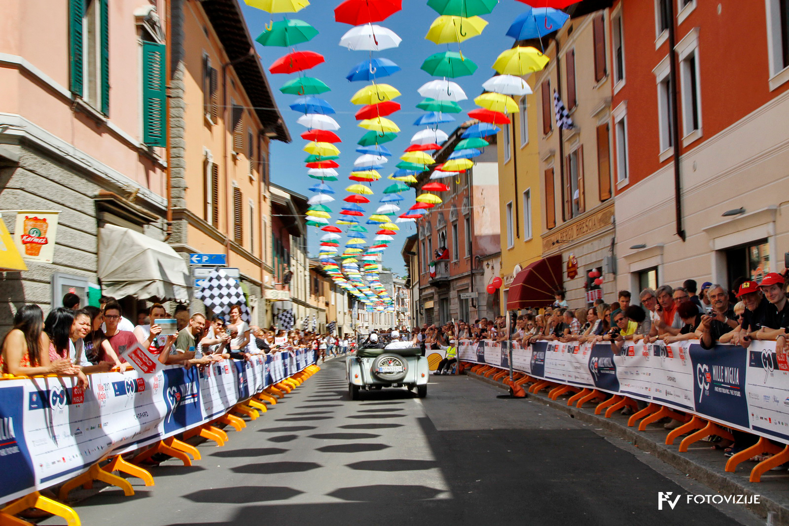 Odlično vzdušje na poti proti cilju dirke Mille Miglia 2017
