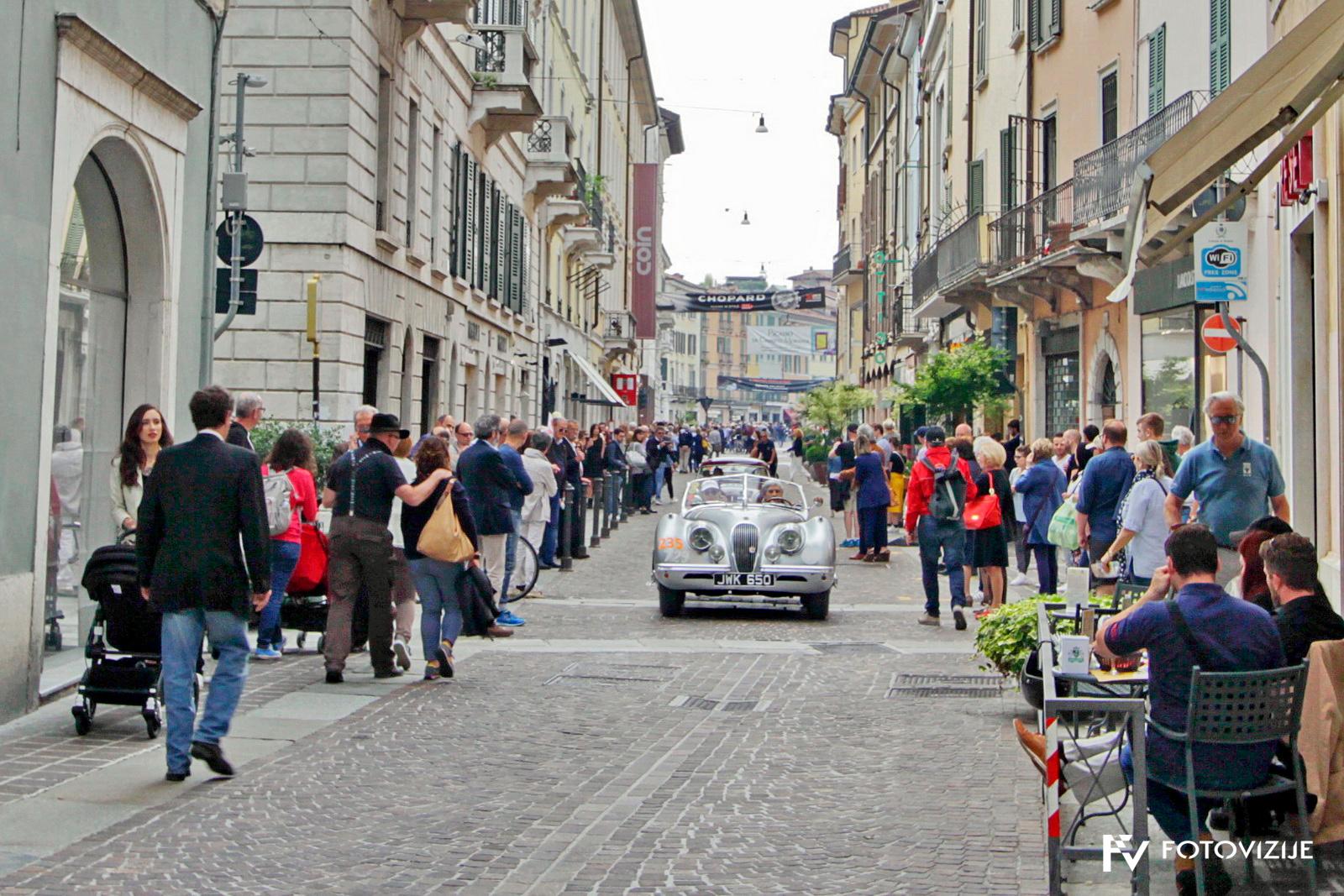 Mille Miglia 2018: Po štartu dirke so se avtomobili umirjeno popeljali po ulicah med množico
