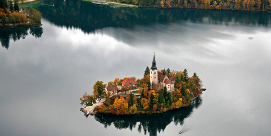 Blejski otok s cerkvico v jeseni