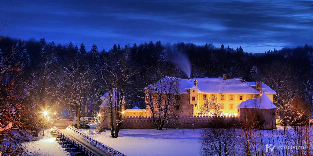 Zimski grad Otočec zvečer