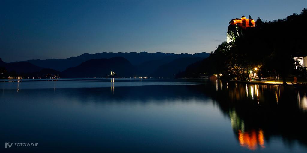 Nočna fotografija Blejskega jezera