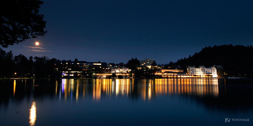 Nočna fotografija hotelov na Bledu