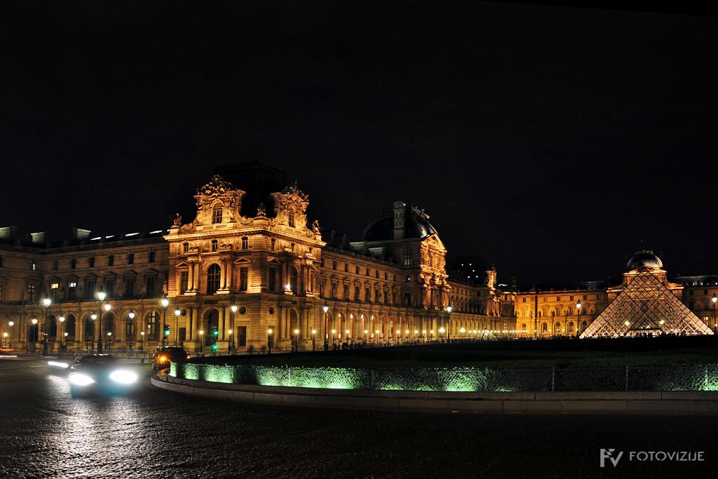 Muzej Louvre ponoči