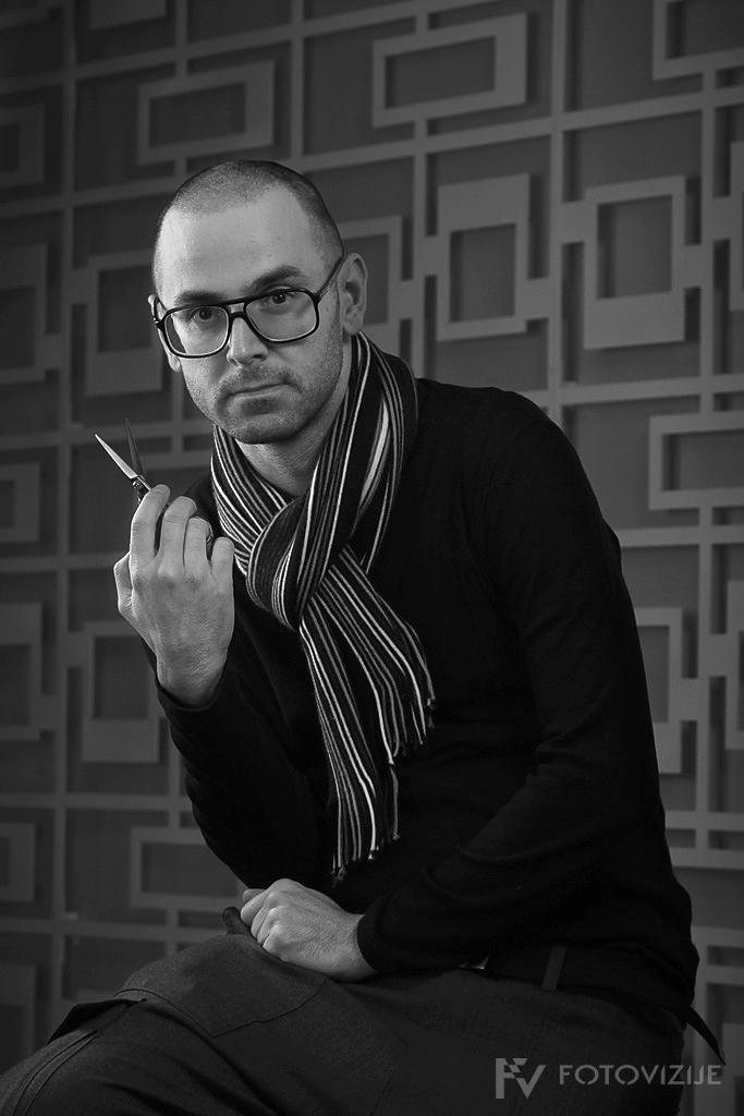 Frizerski mojster Metod Tasič med fotografiranjem kolekcije Aesthetics